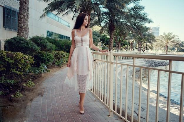 Mooie vrouw op een straat van de stad dubai.