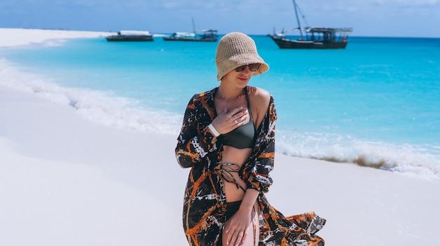 Mooie vrouw op een vakantie aan de oceaan