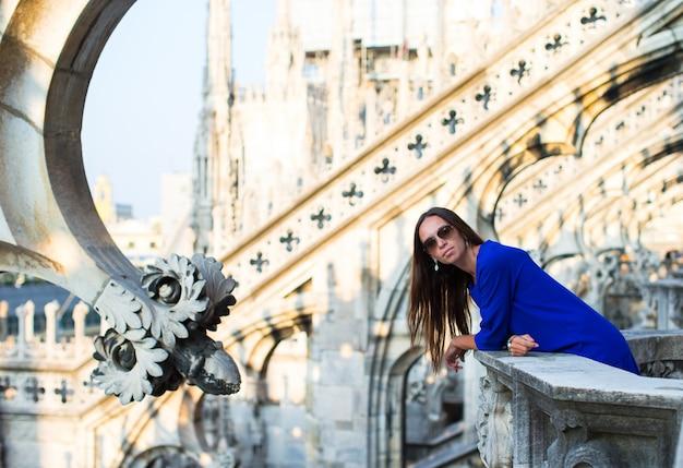 Mooie vrouw op het dak van duomo, milaan, italië