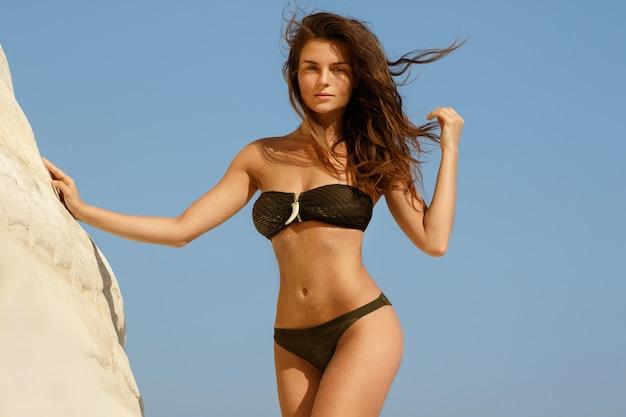 Mooie vrouw op het strand