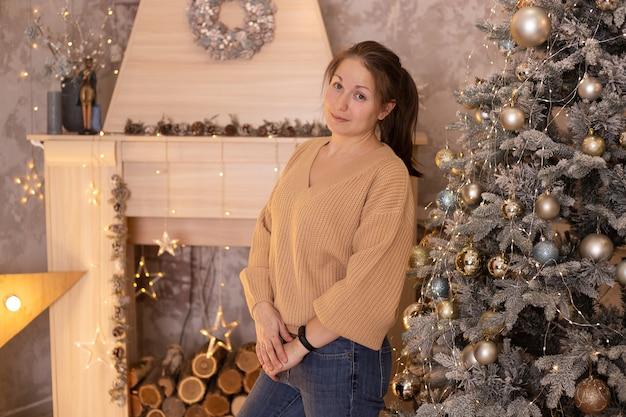 Mooie vrouw op kerstmis thuis