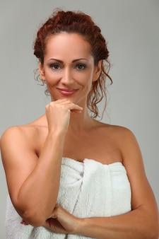Mooie vrouw op middelbare leeftijd in handdoek