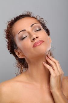 Mooie vrouw op middelbare leeftijd met make-up