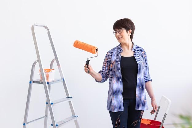 Mooie vrouw op middelbare leeftijd schilderij muur