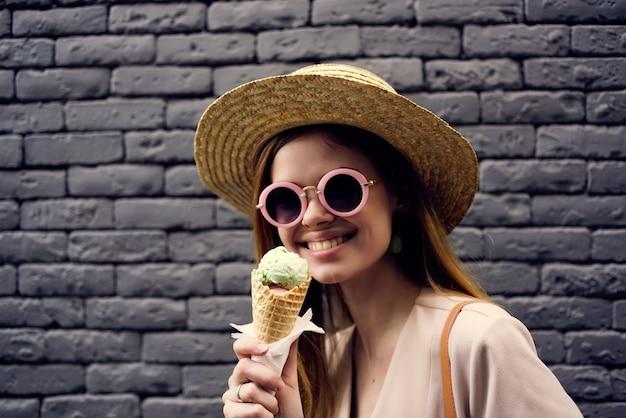 Mooie vrouw op straat met ijsvakantie stedentrip