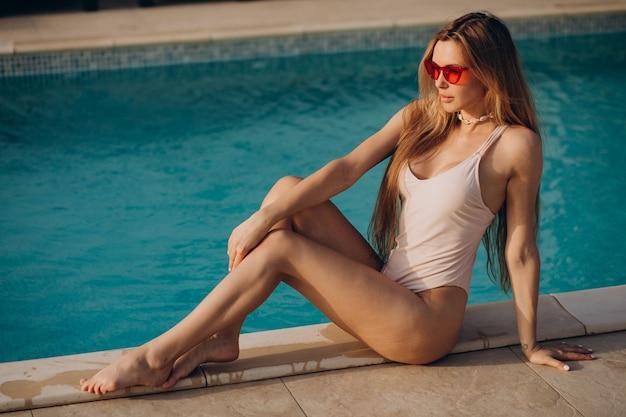 Mooie vrouw op vakantie bij het zwembad