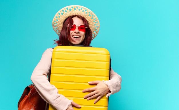 Mooie vrouw op vakantie met een koffer