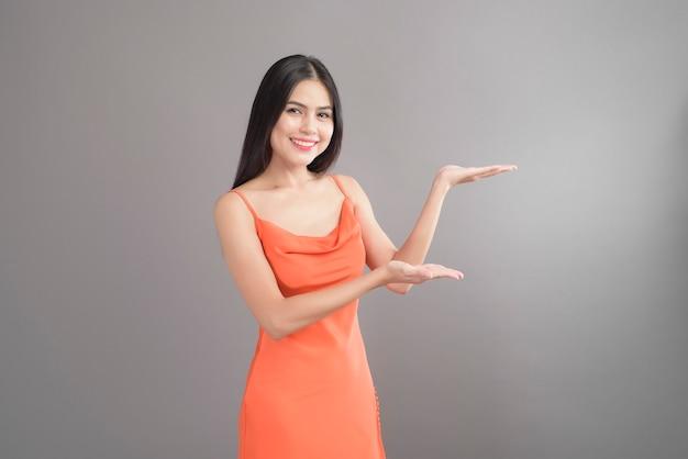 Mooie vrouw oranje jurk dragen