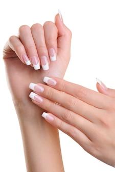Mooie vrouw overhandigt met schoonheid franse manicure