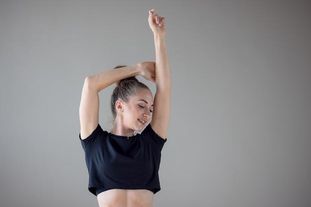 Mooie vrouw perfect gespierd lichaam in sport en fitness, gezondheidszorg bereiken voor haar fitness doelen