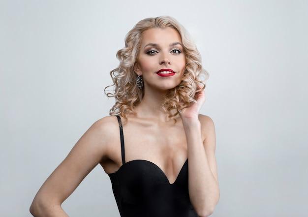Mooie vrouw pinup stijl portret in jurk en make-up
