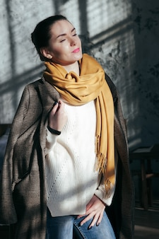 Mooie vrouw portret in casual kleding street style