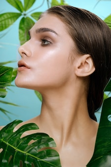 Mooie vrouw portret in palm struiken, mooie huid van het gezicht