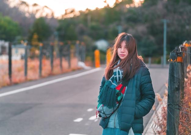 Mooie vrouw portret in winter mode kleding op straat in japan