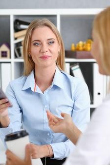 Mooie vrouw portret op werkplek financiële statistieken te onderzoeken. witte boorden werknemer op de werkplek, wisselmarkt, opstarten, irs, registeraccountant, intern concept belastingambtenaar