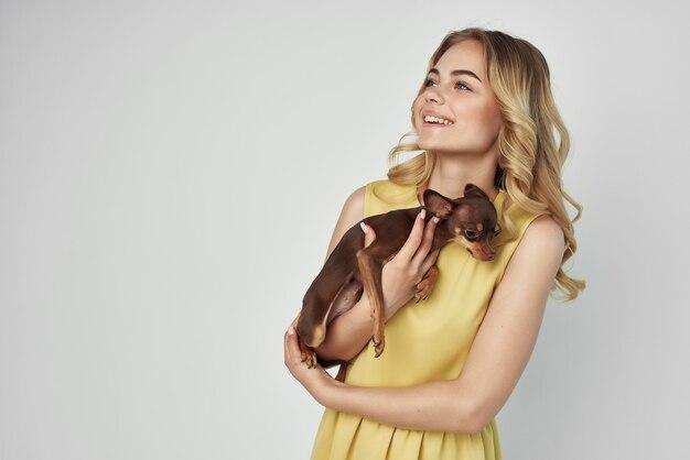 Mooie vrouw poseren aantrekkelijke look mode lichte achtergrond studio