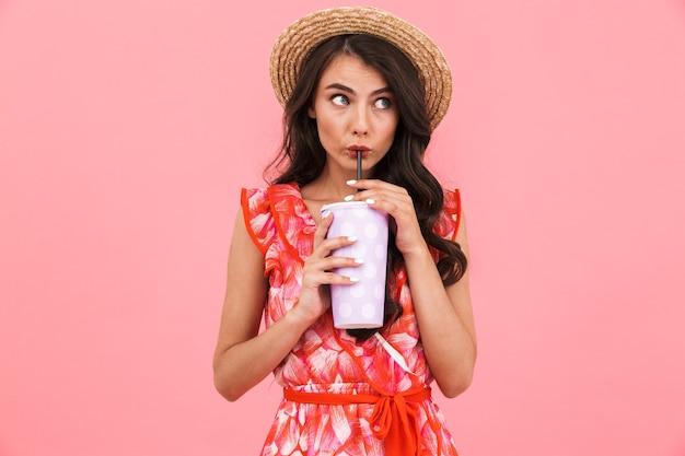 Mooie vrouw poseren geïsoleerde muur frisdrank drinken.