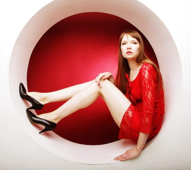 Mooie vrouw poseren in cirkel
