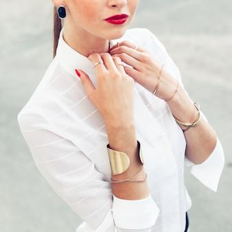 Mooie vrouw poseren in de zomer op straat. rode lippen en rode nagels stijl