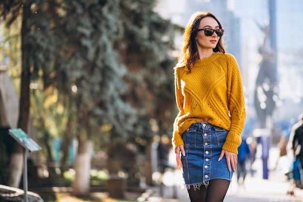 Mooie vrouw poseren in een herfst straat