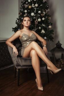 Mooie vrouw poseren in een kerst versierde kamer