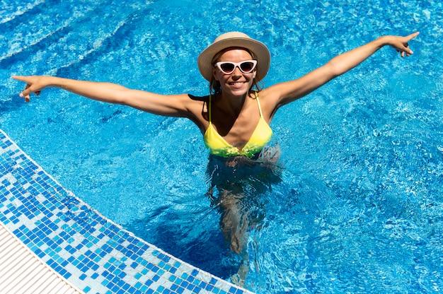 Mooie vrouw poseren in zwembad