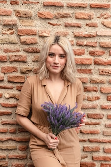 Mooie vrouw poseren met boeket van lavendel