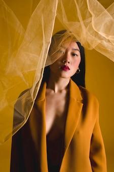 Mooie vrouw poseren met doek