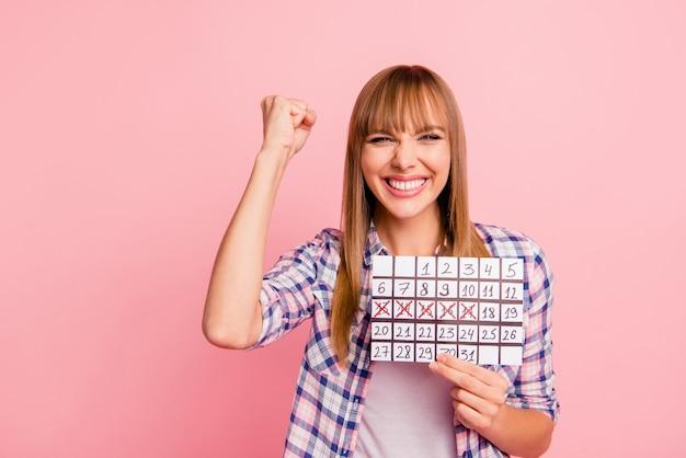 Mooie vrouw poseren tegen de roze muur