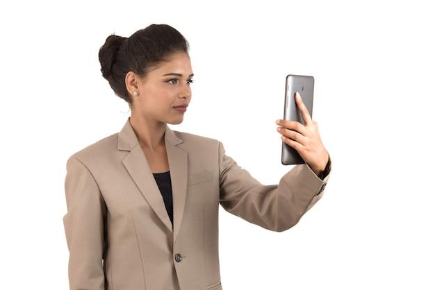 Mooie vrouw praten in een videoconferentie online met behulp van smartphone