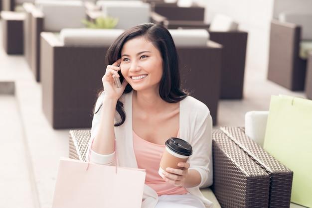 Mooie vrouw praten over de telefoon