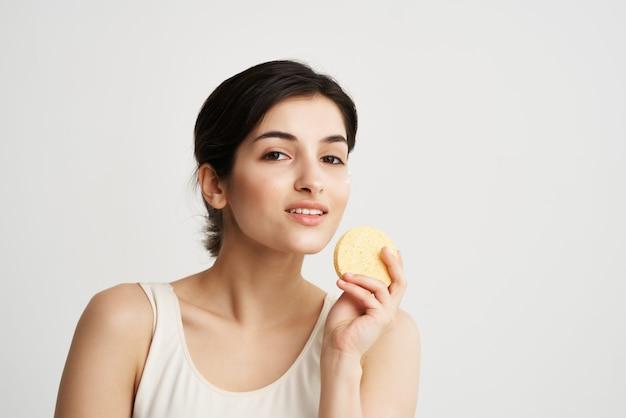 Mooie vrouw rammelende in handen in witte tshirt schone huid gezondheid