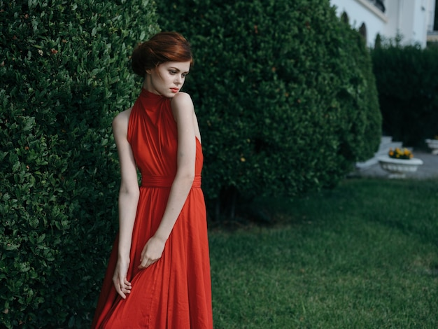 Mooie vrouw rode jurk maskerade lopen gotische stijl.