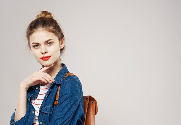 Mooie vrouw rode lippen modieuze kleding rugzak student afbeelding