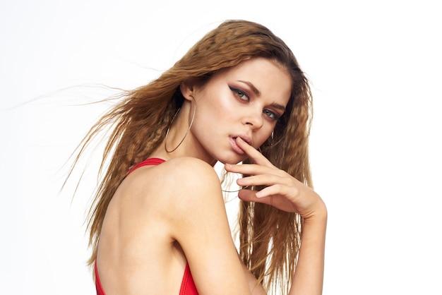 Mooie vrouw rode mouwloos golvend haar aantrekkelijke uitstraling hotel lifestyle licht