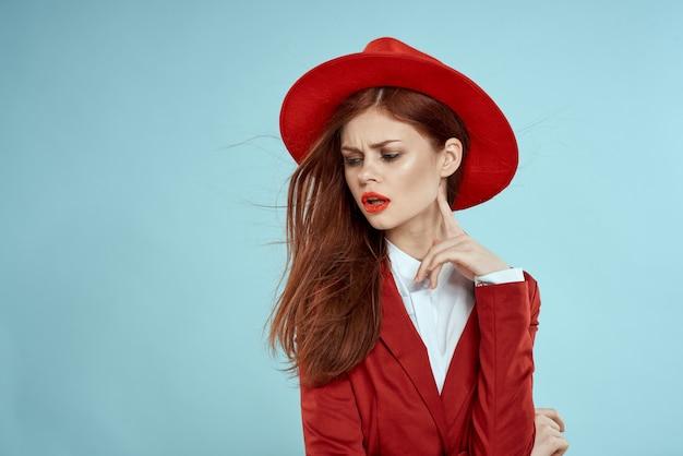 Mooie vrouw rode pak hoed emoties lichte make-up