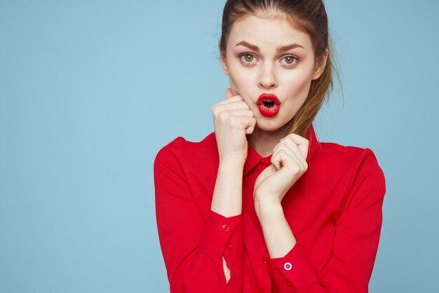 Mooie vrouw rode shirt rode lippen glamour studio modellen