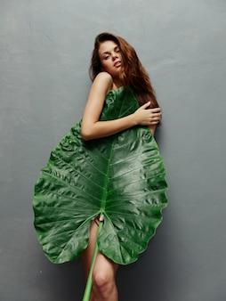 Mooie vrouw rood haar palmblad exotisch naakt. hoge kwaliteit foto