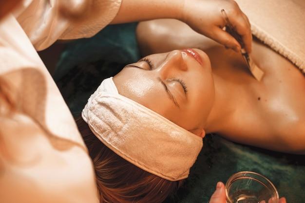Mooie vrouw rusten terwijl het hebben van huidverzorgingsprocedures in een wellness-spa salon.