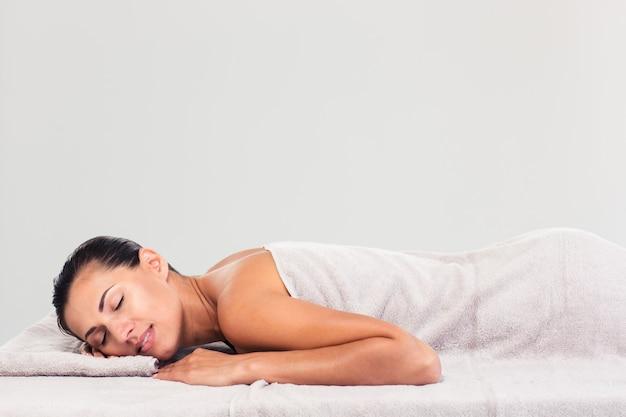 Mooie vrouw rustend op massage ligstoel