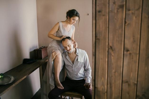Mooie vrouw scheert een bebaarde man