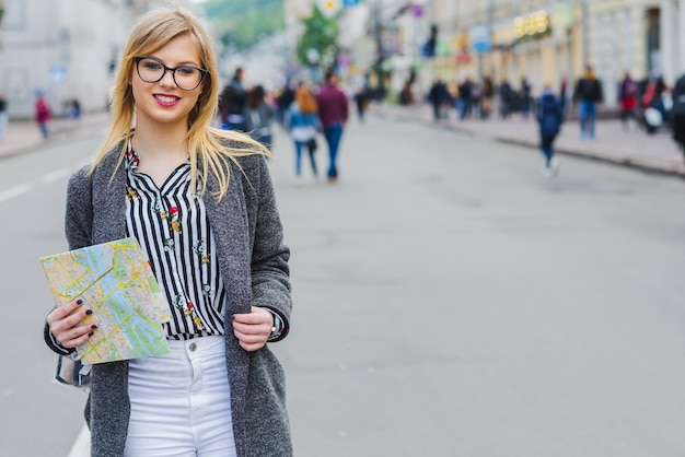 Mooie vrouw sightseeing met kaart