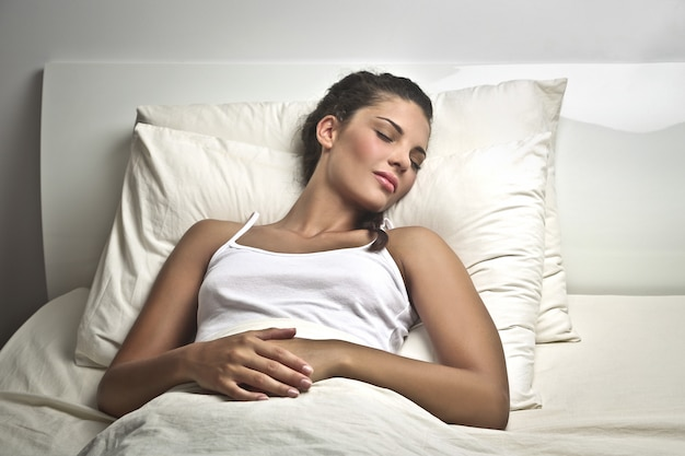 Mooie vrouw slaapt strak