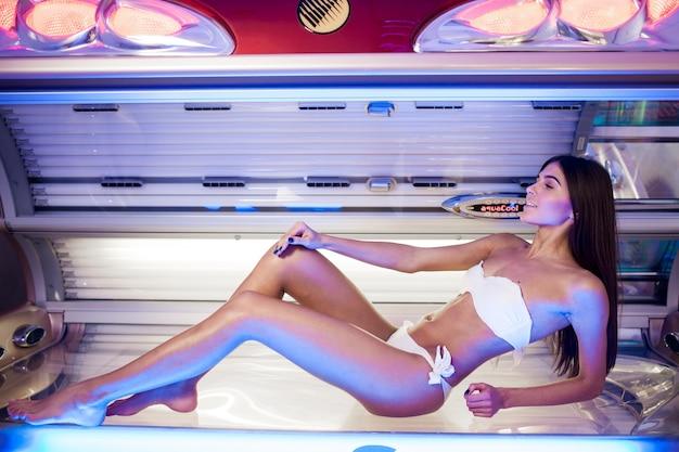 Mooie vrouw solarium looierij behandeling