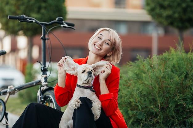 Mooie vrouw speelt met haar hond