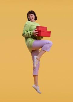 Mooie vrouw springen geïsoleerd op oranje
