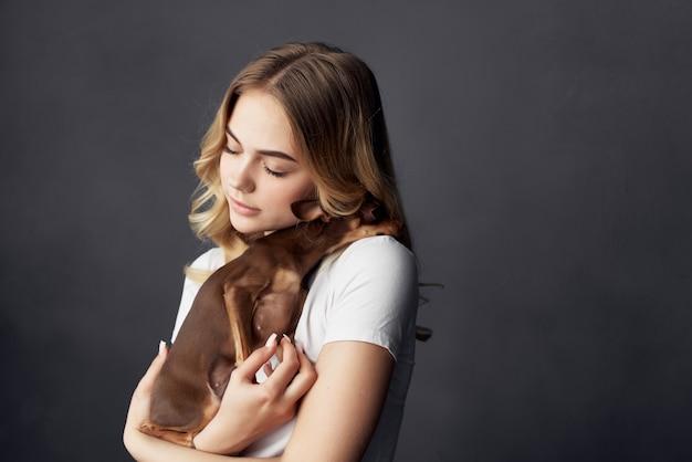 Mooie vrouw stamboom hond mode levensstijl bijgesneden weergave
