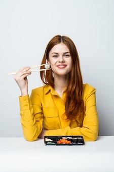 Mooie vrouw sushi eten en broodjes van voedsellevering