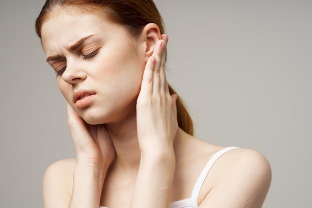Mooie vrouw tandenborstel tandheelkundige zorg en zijn gezondheid in de ochtend