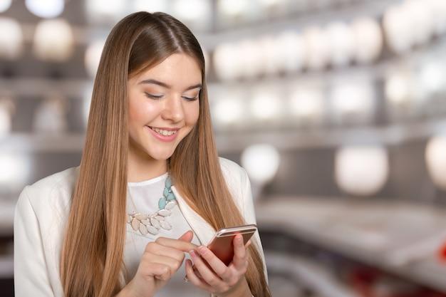 Mooie vrouw texting op haar mobiele telefoon